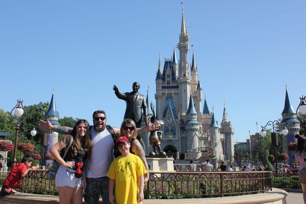 Eu (Luciano palumbo) ao lado dos meu amores Giulia, Cristiane e Rafael no cartão postal do Walt Disney World