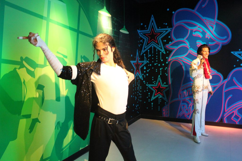 Michael Jackson e Elvis Presley na mesma cena no madame Tussauds
