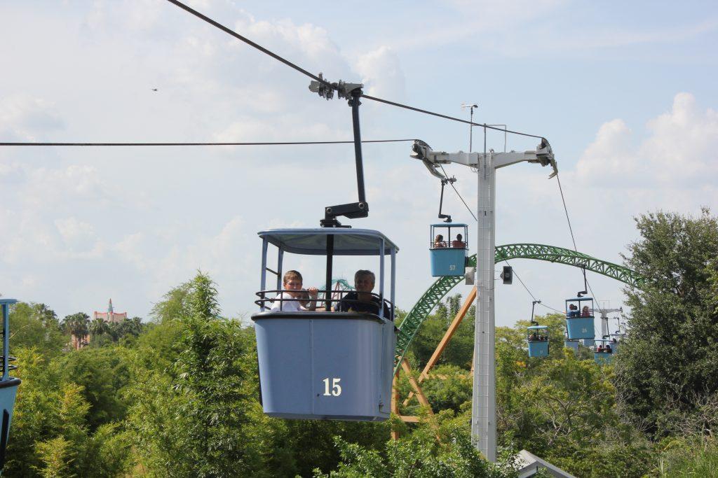 O teleférico que alivia os os pés nas longas caminhadas dentro do Busch Gardens