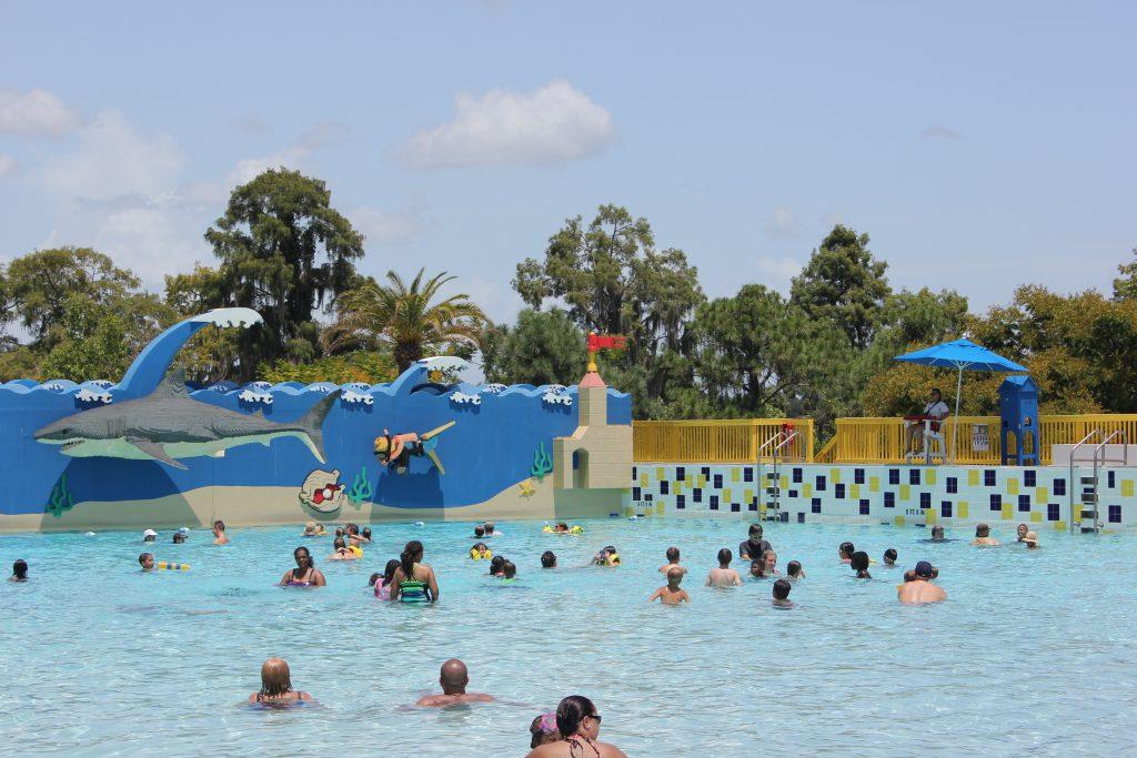 A maior piscina do complexo. Ondas de tempos em tempos para algitar o banho