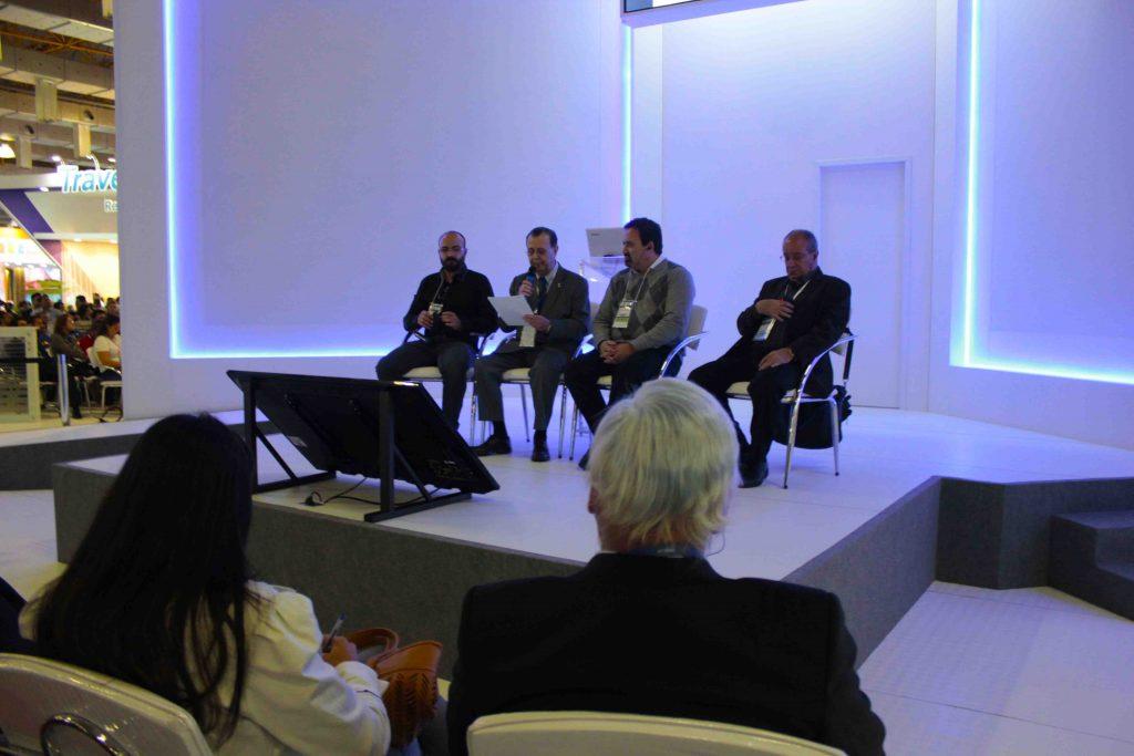 Mesa redonda composta por especialistas em viagens durante a 44ª Abav Expo