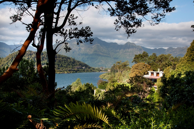 Lago que cerca o Antumalal