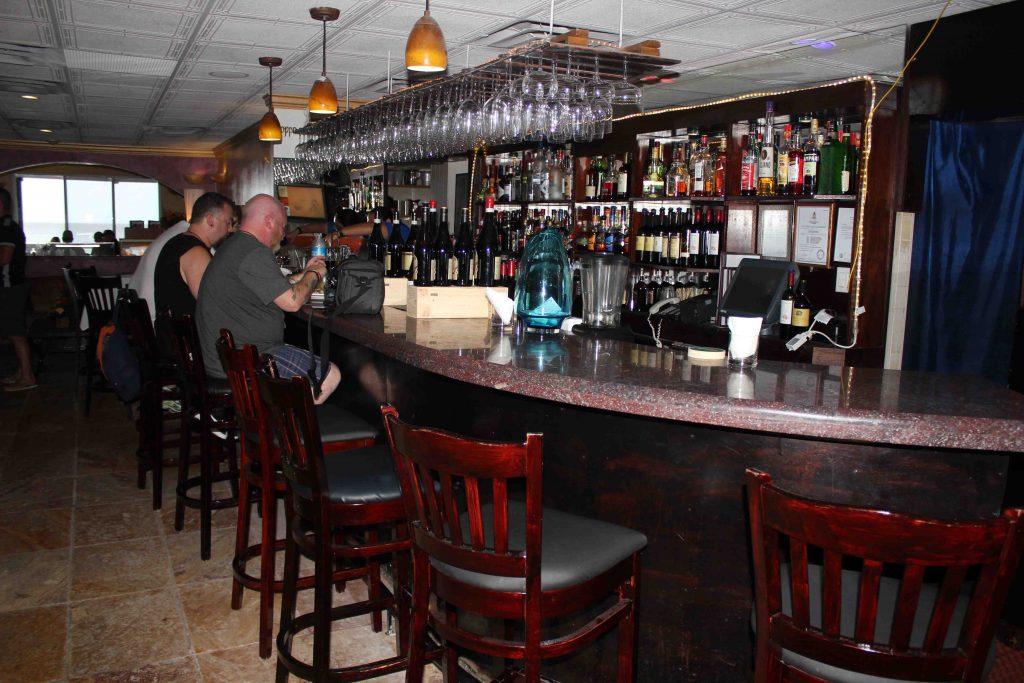 Área do bar ideal para tomar um drinque antes do almoço ou jantar