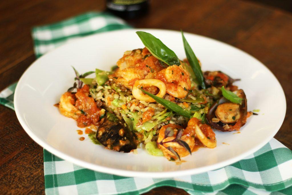 Cioppino de Bacalhau: posta de bacalhau, lula, camarão e mexilhão, com arroz sete grãos e brunoise de legumes e ervilha torta (foto Wilson de Cola)