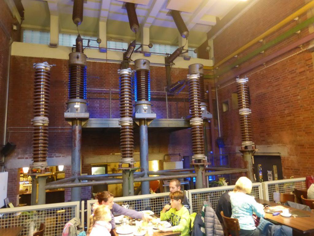 O interior do restaurante, com os equipamentos elétricos mantidos: sem uso, só estética