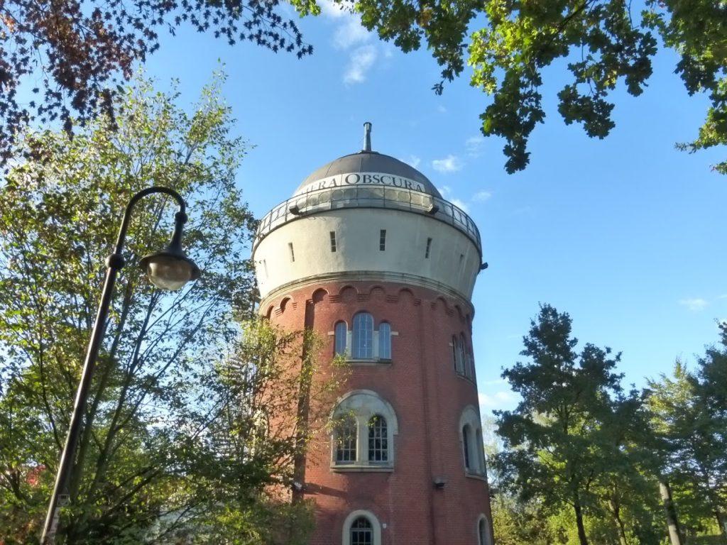 A antiga torre de água que abriga a Camera Obscura