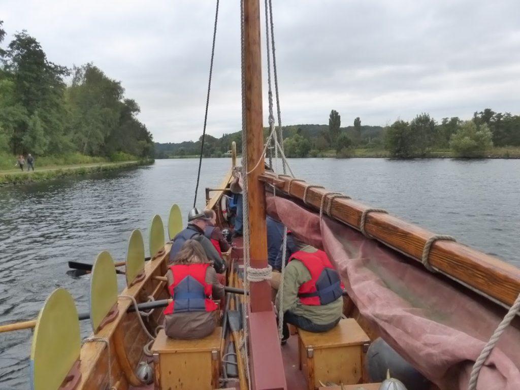 Barco turístico para remar, caracterizado de viking