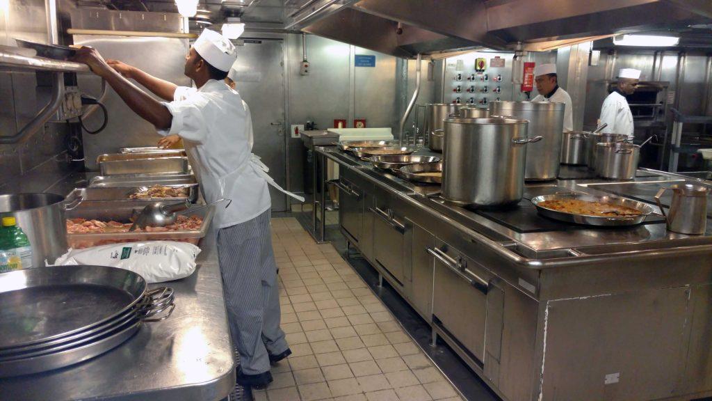 O trabalho em conjunto é totalmente segmento na cozinha do navio