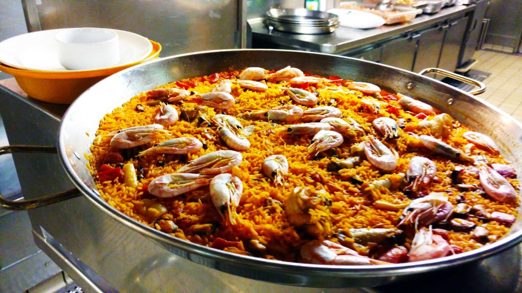 Paella sendo preparada para ser levada ao restaurante buffet do navio onde serve a maior quantidade de passageiros