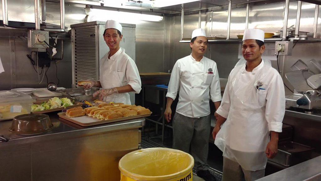 Preparação dos sanduíches servidos no restaurante bufett