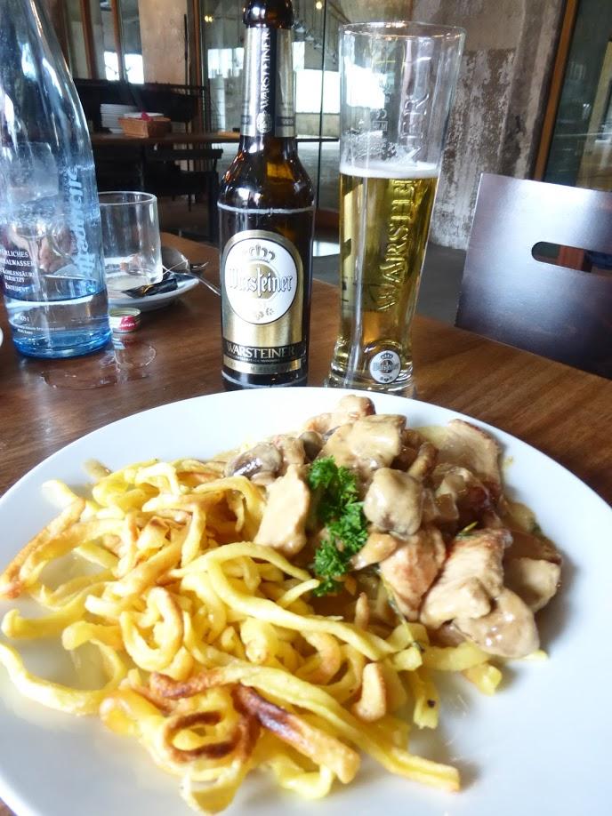 O meu almoço: Henkelmann e cerveja -- delícia!