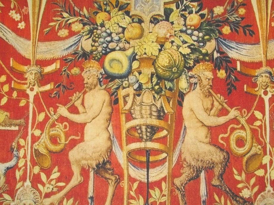 O ser da mitologia grega, pan, em detalhe de uma das tapeçarias na parede da casa