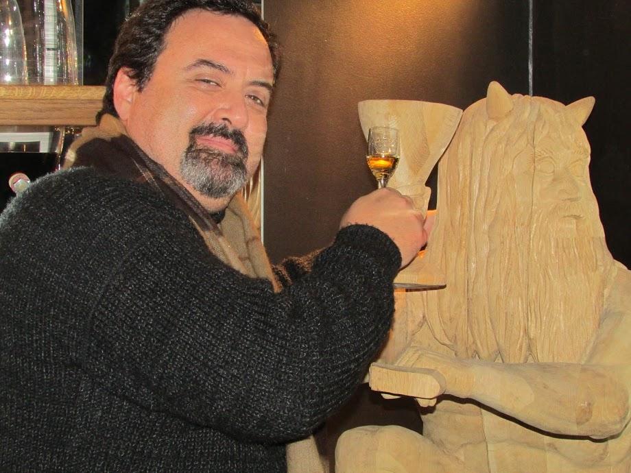 O autor do texto brinda com um dos licores com figura mitológica na adega do restauirnate