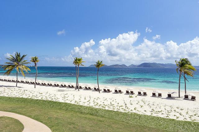 A praia do The Reef by Cuisin Art, associado à SLH, em Anguilla (fotos divulgação/The Reef by Cuisin Art)